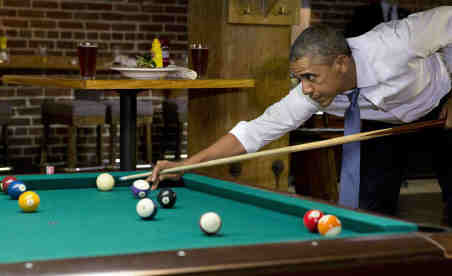 Obama_Playing_Pool