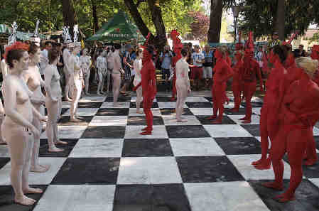 Body_painted_chess_4