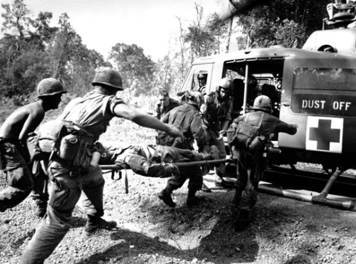 Vietnam-war-helicopter-1965-paratroopers-wounded